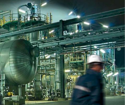 Deze afbeelding toont een technieker die bezig is met het uitvoeren van industrieel onderhoud.
