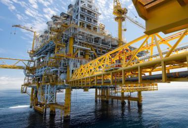 Deze afbeelding toont een off-shore constructie waarmee olie en andere fossiele brandstoffen worden opgeboord.