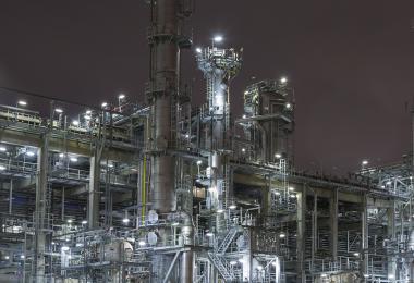 Deze afbeelding toont een industriële constructie, meerbepaald een olieraffinaderij