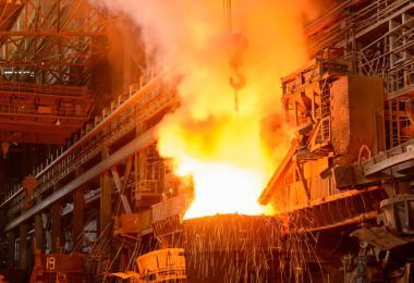 Deze afbeelding toont een industriele constructie waarmee staal wordt geproduceerd.